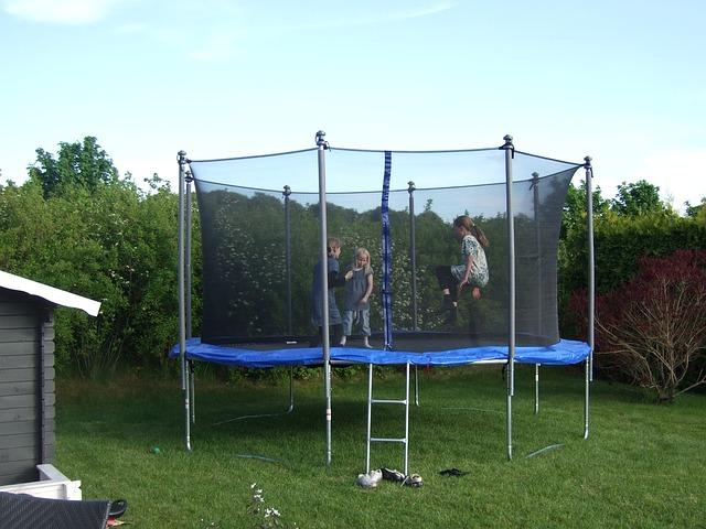tři děti, zahrada, trampolína