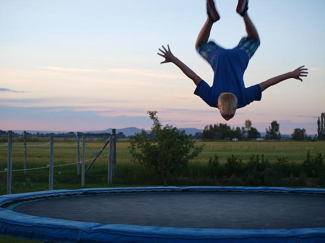 trampolína, chlapec,skok