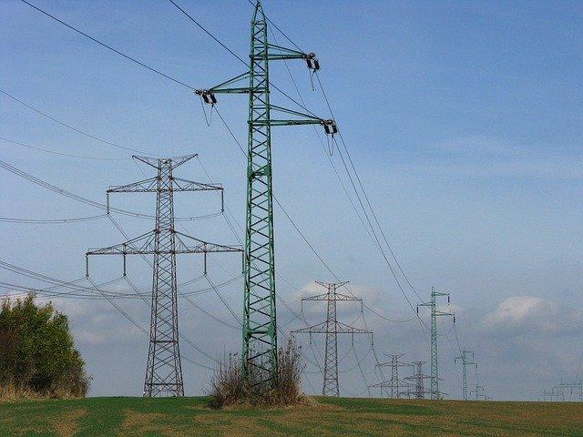 elektrické vedení na poli
