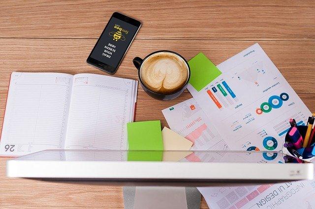pracovní stůl marketingového pracovníka